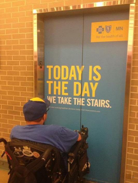 Bild 74: Gissar att den som valde budskapet att man ska ta trapporna inte själv sitter i rullstol.